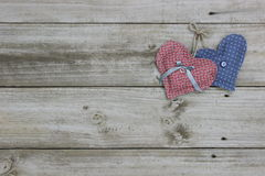 Blåa och rosa hjärtor som hänger på rep Royaltyfri Foto