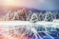 Blåa is och sprickor på yttersidan av arkivbilder