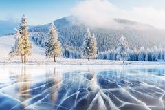 Blåa is och sprickor på yttersidan av fotografering för bildbyråer