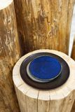 Blåa och svarta plattor för tappning på en trästubbe Arkivfoto