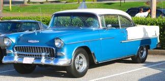 Blåa och vita antika Chevy Classic Car royaltyfri foto