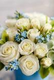 Blåa och vita bröllopblommor arkivbild