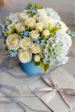 Blåa och vita bröllopblommor royaltyfri fotografi