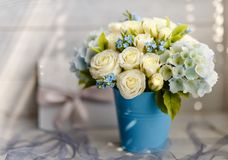 Blåa och vita bröllopblommor royaltyfria foton
