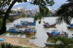 Blåa och vita fiskebåtar pricker hamnen i Nha Trang Royaltyfri Foto