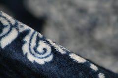 Blåa och vita Fuzzy Fabric på en vinkel Arkivfoto