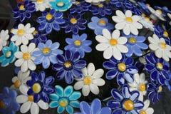 Blåa och vita keramiska blommor royaltyfri bild