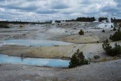 Blåa pölgeysers i den Yellowstone nationalparken Arkivfoto