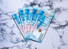 Blåa pengar för ny ryss på marbelbakgrund royaltyfri bild