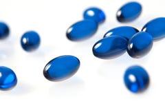 Blåa pills som isoleras på white Royaltyfri Fotografi