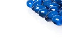 Blåa pills som isoleras på white Royaltyfri Bild