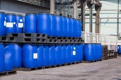 Blåa plast- behållare för lagringsvalsar för flytande i kemikalien Pl fotografering för bildbyråer