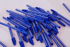 Blåa plast- pennor som isoleras på vit fotografering för bildbyråer