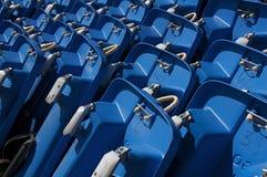 blåa plastic sleds Arkivbild
