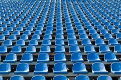 Blåa platser för åskådare i stadionen Arkivbild