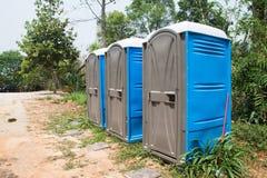 Blåa portpottor eller bärbara toaletter Fotografering för Bildbyråer