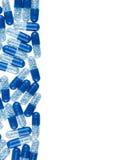 Blåa preventivpillerar som isoleras på vit Arkivbilder
