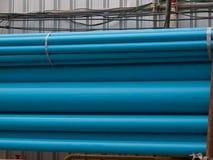 Blåa PVC-rör i lagring, plast- rör Arkivbild