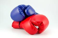 Blåa röda boxninghandskar som isoleras på vit Royaltyfria Foton