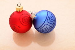 blåa röda christmassprydnadar Royaltyfri Fotografi
