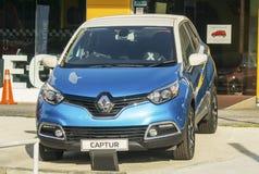 Blåa Renault Captur Subcompact Crossover royaltyfria bilder