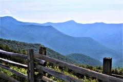 Blåa Ridge Mountains utöver staketet royaltyfri fotografi