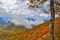 Blåa Ridge Parkway Mountains och moln i nedgång royaltyfri fotografi