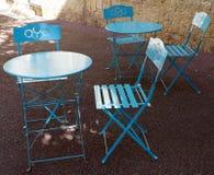Blåa runda tabeller och stolar Arkivbild