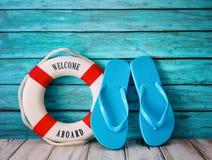 Blåa sandaler för flipmisslyckanden på trä Royaltyfri Foto