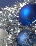 blåa silvriga julprydnadar för bakgrund Royaltyfri Bild