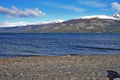 Blåa sjö och berg i söderna av Chile royaltyfria bilder