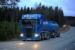 Blåa Skåne R580 på den mörka lantliga vägen Royaltyfri Bild