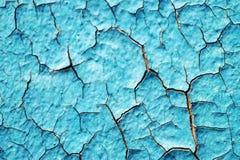 Blåa skalningsmålarfärg och skrapor på väggen av ett hus, slut upp Royaltyfri Foto