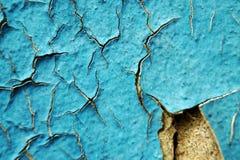 Blåa skalningsmålarfärg och skrapor på väggen av ett hus, slut upp Arkivbilder