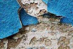 Blåa skalningsmålarfärg och skrapor på väggen av ett hus, slut upp Royaltyfri Fotografi