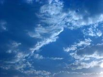 blåa skies Arkivbild