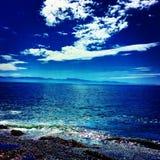 blåa skies Arkivfoton