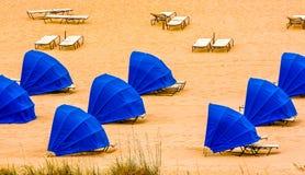 Blåa skydd uppställda på strand arkivfoton