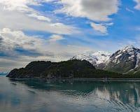 Blåa skys och moln över ojämna alaskabo berg Royaltyfri Foto
