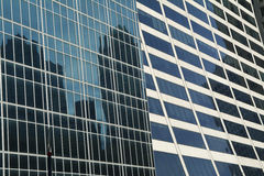 Blåa skyskrapakontorsbyggnader i i stadens centrum New York City fotografering för bildbyråer