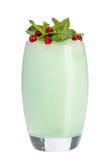 Blåa smoothies för kvinnlig som dekoreras med mintkaramellen och tranbär Uppfriskande drink på vit bakgrund coctail isolerad somm royaltyfria bilder