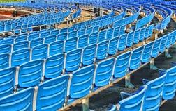 Blåa stadionplatser Arkivbild