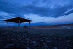 Blåa stenar för romans för förälskelse för par för koja för tält för bakgrundshimmelmoln vaggar berget Arkivbild