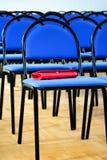 Blåa stolar för skola till royaltyfri foto