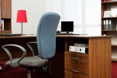 blåa stolsskrivbord Fotografering för Bildbyråer