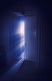 Blåa strålar av lampa royaltyfri foto