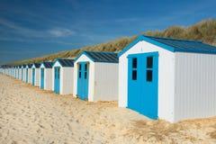 Blåa strandkojor Arkivbild