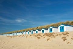 Blåa strandkojor på Texel Royaltyfria Bilder