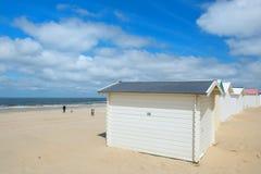 Blåa strandkojor på Texel Royaltyfri Bild