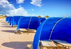 Blåa strandskydd royaltyfria foton